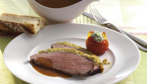 Roastbeef mit Zwiebel-Senf-Kruste und Grilltomaten