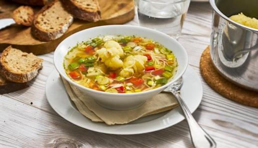 Bunte Frühlingssuppe mit Gemüse