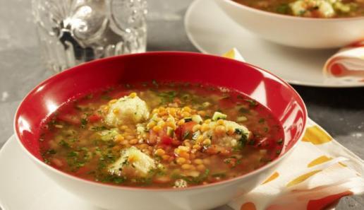 Bunte Grießklößchen-Suppe mit roten Linsen