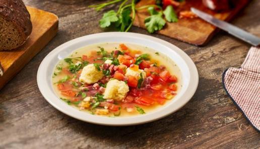 Grießklößchen-Suppe mit Kräutern
