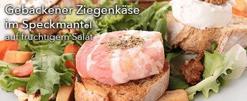 Gebackener Ziegenkäse im Speckmantel auf fruchtigem Salat