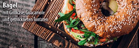 Bagel mit Grillkäse, Guacamole und getrockneten Tomaten einfach selber machen - zum Rezept hier klicken!