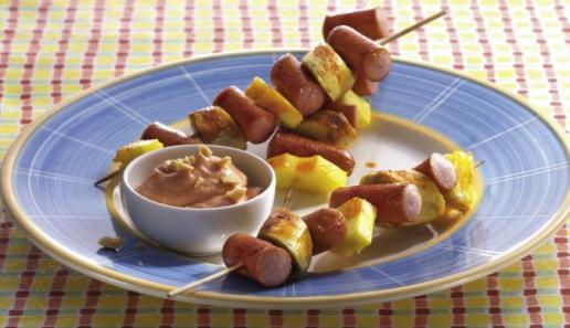 Fruchtige Würstchenspieße mit Erdnussdip