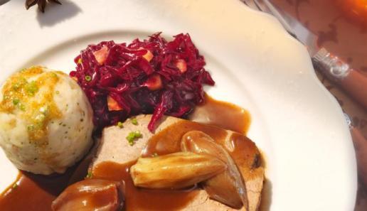 Rinderbraten mit Schalotten in Rotweinsoße