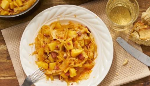 Weißkohl-Topf mit Kartoffeln und Speck