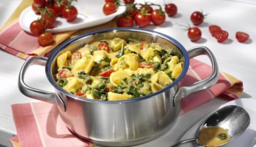 Tortelloni-Topf in Spinat-Gorgonzola-Sauce
