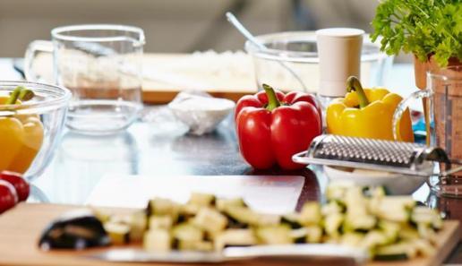 Buchweizen-Blini mit Räucherlachstatar und Senfcreme
